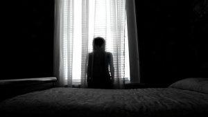 Orang-orang percaya jika hantu datang saat tengah malam atau saat kita sedang sendiri di suatu ruangan yang sepi. Biasanya hantu yang paling ditakuti adalah perempuan. Banyak kisah tragis dialami wanita hingga meninggal dan menjadi arwah penasaran. Sejumlah kisah tragis wanita di berbagai negara yang meninggal dan menjadi hantu yang ditakuti masyarakat sekitar. Ada yang patah hati, malu, dan lainnya. Tak hanya itu, semasa hidupnya hantu ini dikatakan memiliki wajah yang cantik sampai memikat hati lelaki pada saat itu. Berikut kisah hantu cantik di dunia: 1. La Sayona, Venezuela Pada abad ke-19, ada kisah mengenai roh yang sangat kejam tentang seorang wanita petani muda bernama Casilda --dan telah diganti namanya menjadi La Sayona yang artinya algojo. Dengan rupa yang cantik, Casilda adalah sosok yang diidamkan kaum adam pada saat itu. Terlepas dari kenyataan itu, ia sudah hidup bahagia dengan suami dan anaknya. Suatu hari ada seorang warga desa yang biasa membuntuti Casilda ke hutan untuk mandi, memberitahu informasi palsu ke Casilda bahwa suaminya berselingkuh dengan ibunya sendiri. Mengetahui hal itu, wanita cantik tersebut pulang ke rumah dan membunuh suami dan anaknya yang sedang tidur serta menodong ibunya dengan golok. Ketika ibunya berdarah hampir mati, ia mengutuk Casilda membalas dendam pada pria yang menyimpang dari istri mereka selamanya. La Sayona pun dikabarkan telah memutilasi banyak pria. 2. La Llorona, Meksiko Terdapat cerita rakyat Meksiko tentang seorang ibu bernama La Llorona atau wanita menangis yang mencari anak-anaknya pada zaman penjajahan. Menurut legenda, wanita yang bernama asli Maria ini, dengan bodohnya memilih lelaki bangsawan. Lelaki tersebut juga kagum atas paras muda La Llorona dan menikahinya. Ia pun juga menjadi ayah dari anaknya. Sayangnya, sang suami lelah dengan Maria dan meninggalkannya bersama putranya itu. Maria pun kemudian menjadi putus harapan dan membuang anaknya di sungai yang disusul Maria kemudian. Kini hantu La Llorona